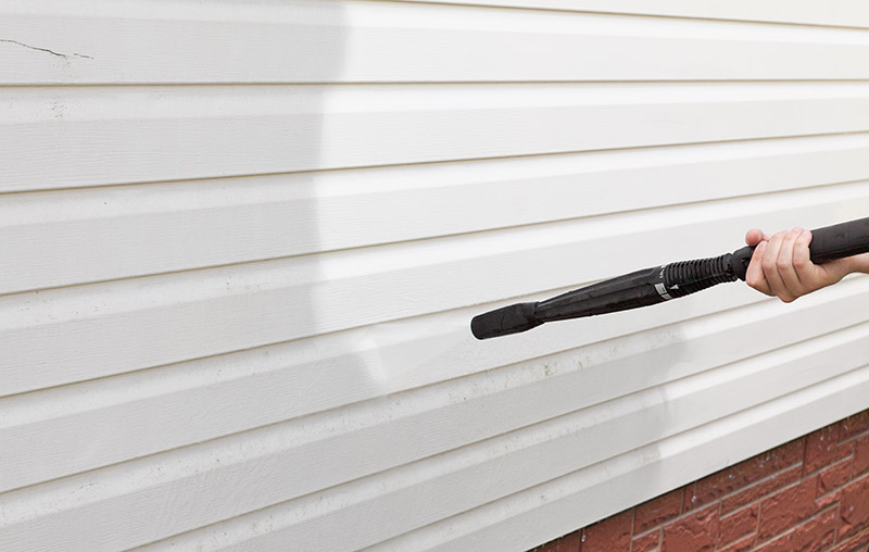 aluminum vs vinyl siding. vinyl siding is cleaner and more energy efficient.